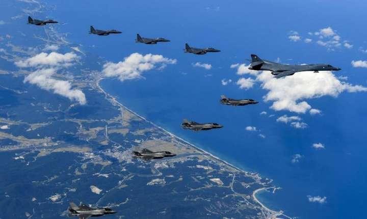 Avioane de luptă americane şi sud-coreene, deasupra Coreei de Nord (Foto: Steven SCHNEIDER/US ARMY/AFP)