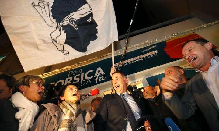 Naţionalişti corsicani sărbătorind victoria la legislativele din decembrie 2017
