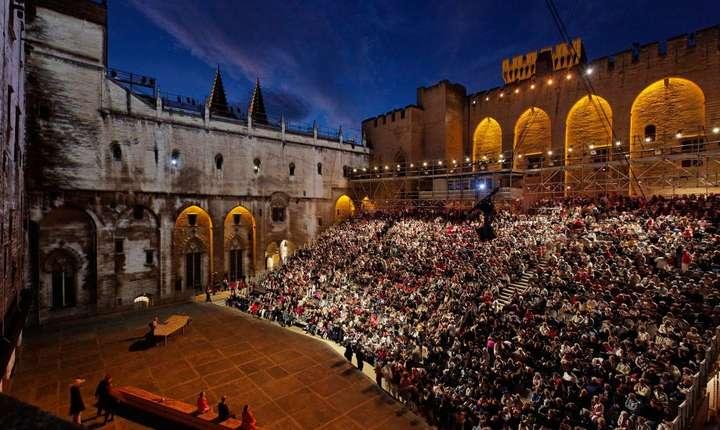 Spectacol în curtea de onoare a Palatului papal de la Avignon
