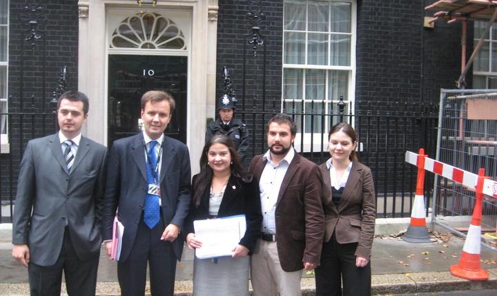 Depunerea unei petiții la Downing Street