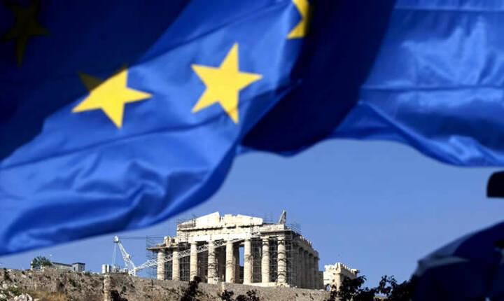 Drapelul Uniunii Europene deasupra vestigiilor arheologice grecesti