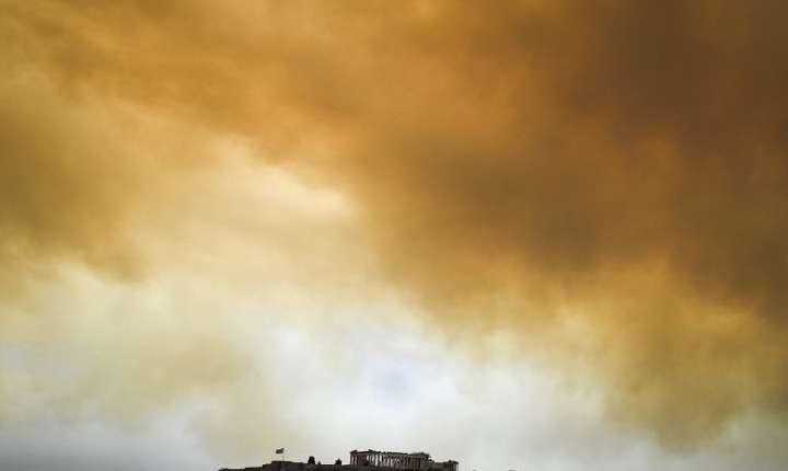 Fum deasupra Parthenonului de pe Acropole, Atena, 23 iulie 2018 (Foto: AFP/Angelos Tzortzinis)