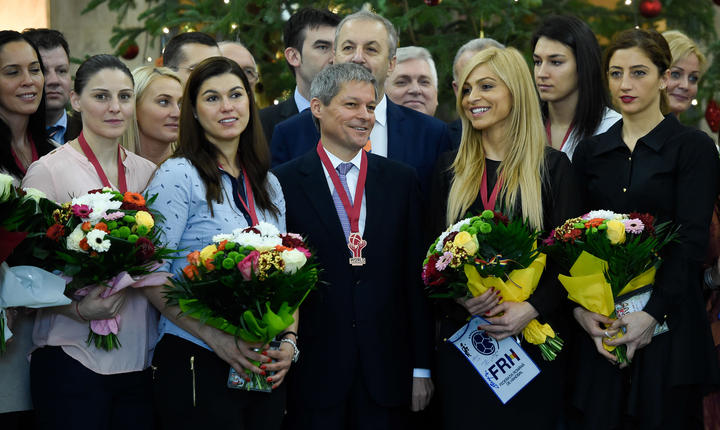 Dacian Cioloş, înconjurat de handbalistele naţionalei (Foto: www.gov.ro)
