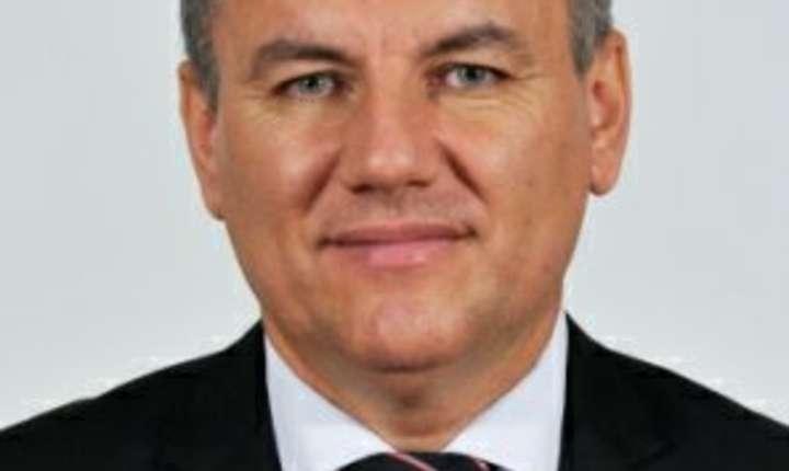 Ioan Deneș a fost electrician la CFR, subinginer mecanic, profesor, director comercial și consilier judeţean în Bistriţa-Năsăud