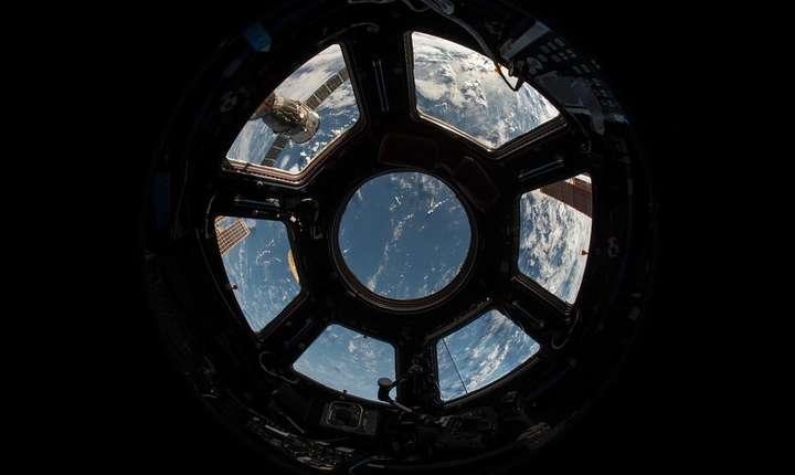 Pământul, văzut prin hubloul Staţiei Spaţiale Internaţionale (Sursa foto: pixabay)
