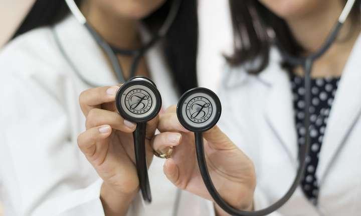 Cu salarii duble la stat, medicii fac în continuare consultaţii şi intervenţii la privat.