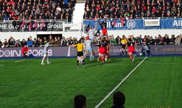 Maro Itoje câștigă un balon în margine