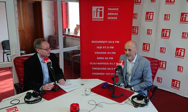 Constantin Rudniţchi si Dorin Cojocaru in studioul de emisie RFI Romania