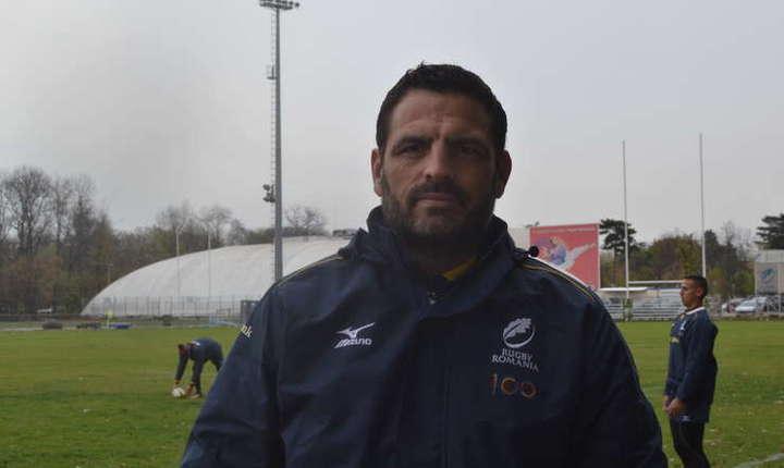 Thomas Lièvremont  pe teren, inconjurat de echipa de rugby