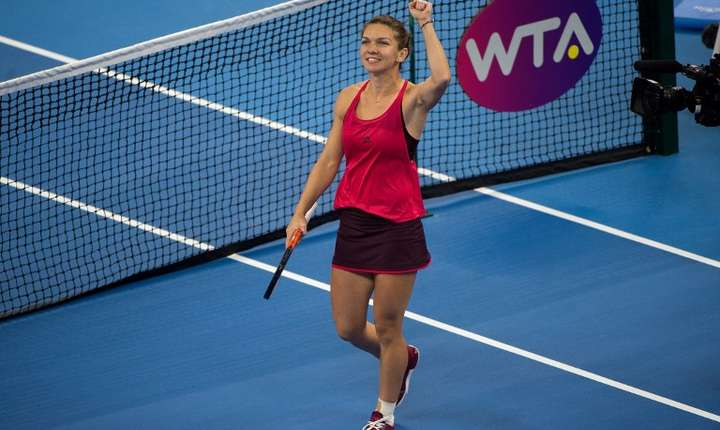 Simona Halep salută publicul, după ce a învins-o pe Maria Şarapova, la turneul de la Beijing (Foto: AFP/Nicolas Asfouri)