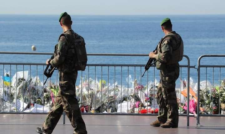 Dupa atentatul din 14 iulie 2016, pe Promenade des Anglais din Nisa au fost instalate bariere iar patrule militare se afla în permanenta aici