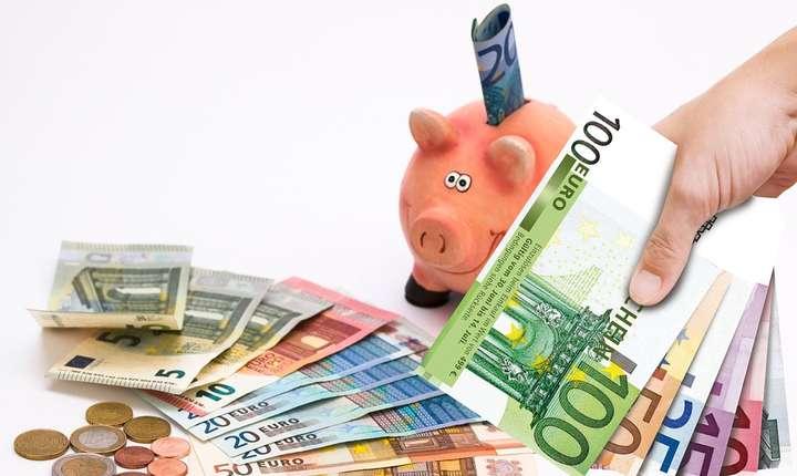 Revine teama de deprecierea leului. Românii încep să-şi facă din nou mai multe depozite în euro, decât în lei.