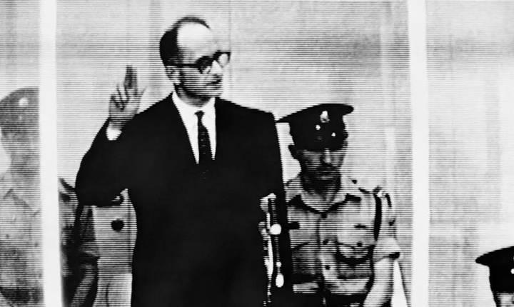 Criminalul nazist Adolf Eichmann depune juràmânt la procesul sàu, 5 mai 1961.