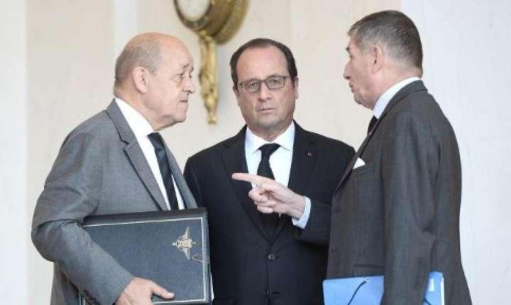 Presedintele François Hollande înconjurat de ministrul Apàràrii, Jean-Yves le Drian si de seful sàu de stat-major particular, generalul Benoit Puga, la Palatul Elysée pe 30 septembrie 2016