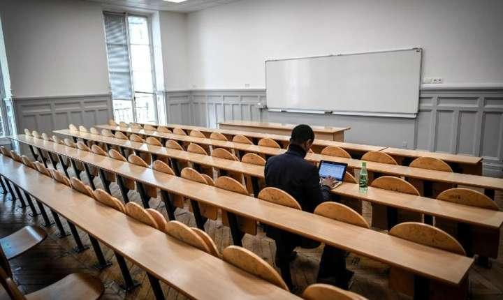 Student într-o salà a Universitàtii Sorbona