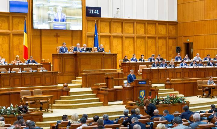 Premierul Dacian Cioloş, în faţa Parlamentului (Foto: www.gov.ro)
