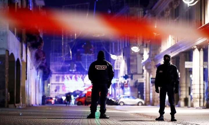 Forţele de ordine securizează o stradă, după atacul din Strasbourg (Foto: Reuters/Christian Hartmann)