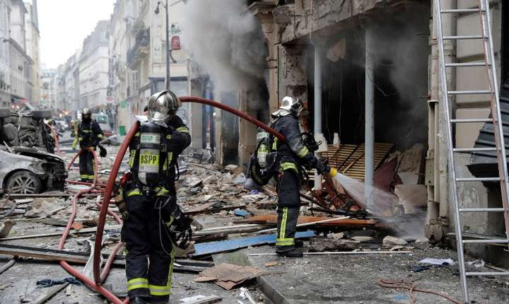 Pompierii intervin la locul exploziei din Paris (Foto: AFP/Thomas Samson)