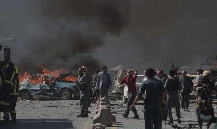 Scene de haos, după atentatul de miercuri din Kabul (Foto: AFP/Shah Marai)