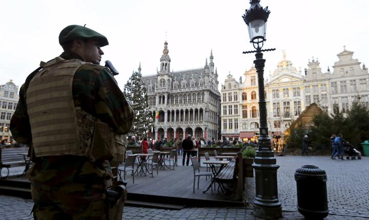 Soldat în centrul oraşului Bruxelles (Foto: Reuters/Francois Lenoir)