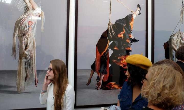 """Femei suspendate - """"opere"""" ale artistului spaniol Pilar Albarracin la Fiac 2018"""