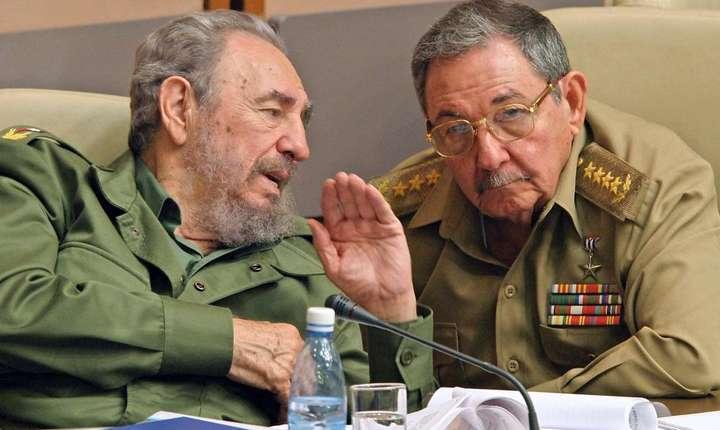 Fidel Castro si fratele sau Raul în decembrie 2003 în timpul unei sedinte a Parlamentului. Atunci, Raul Castro era ministru al Apararii.