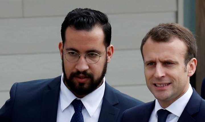 Fostul consilier pe probleme de securitate personala, Alexandre Benalla în prezenta presedintelui Emmanuel Macron, aprilie 2018.