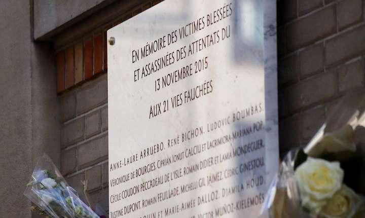 Placa comemorativà din fata cafenelei La Belle Equipe unde au murit Mariana Làcràmioara Pop si Ionut Ciprian Calciu