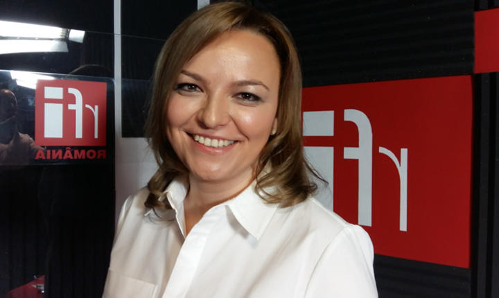 Daiana Stoicescu in studioul de inregistrari al radio RFI