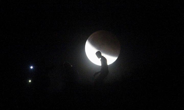 Eclipsă de Lună, văzută din Tijuana, Mexic (Foto: Reuters/Jorge Duenes)