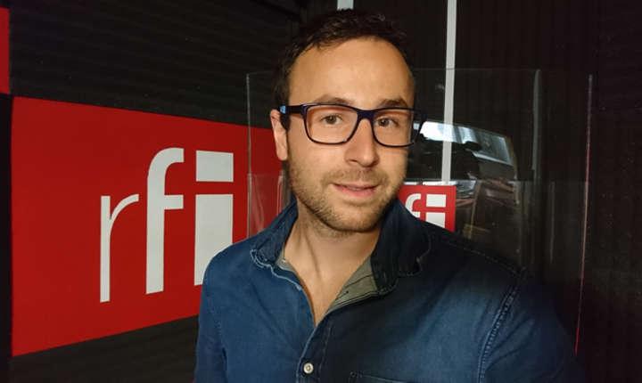Foto Radu Restivan in studioul de inregistrari RFI Romania