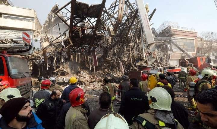 O clădire din Teheran s-a prăbuşit peste pompieri, joi, 19 ianuarie 2017 (Foto: AFP)