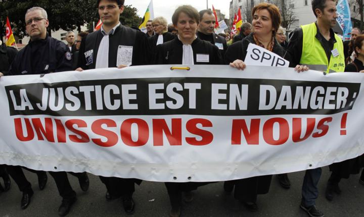 Magistrati francezi manifestînd la Nantes în 2011 pentru independenta justiei