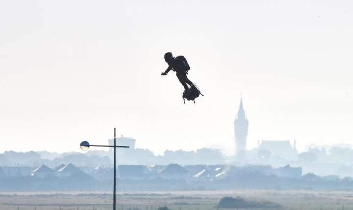"Franky Zapata decolând din Sangatte cu ""flyboard""-ul sau."