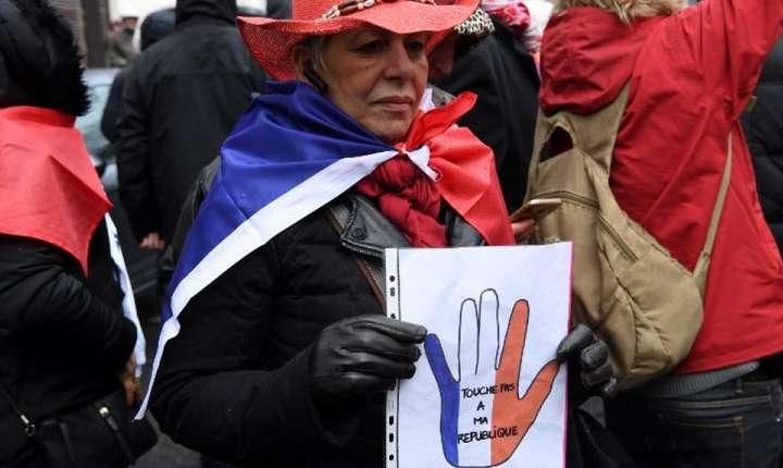 """Nu te atinge de Republicà"" a fost unul din sloganurile auzite duminicà la marsul fularelor rosii"