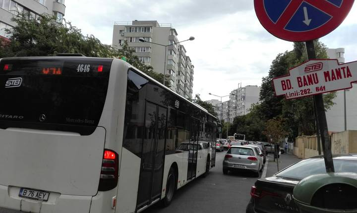 Autobuz blocat în trafic pe Bulevardul Banu Manta (Foto: RFI/Cosmin Ruscior)