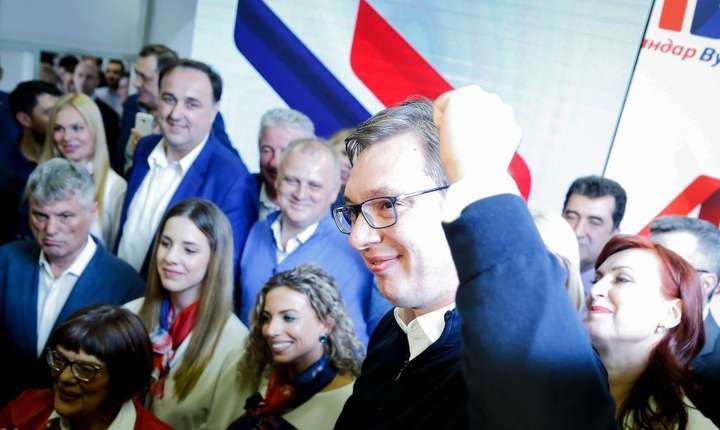Preşedintele ales Aleksandar Vucic sărbătoreşte victoria alegerilor din 2 aprilie în Belgrad, Serbia.