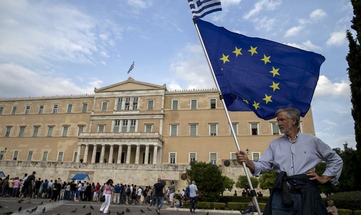 Sute de greci au protestat pentru şi împotriva planului de austeritate