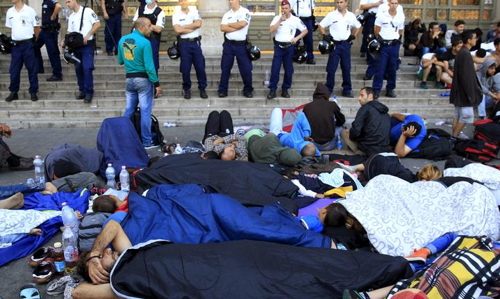 Imigranţi, în faţa gării Keleti din Budapesta (Foto: Reuters/Bernadett Szabo)