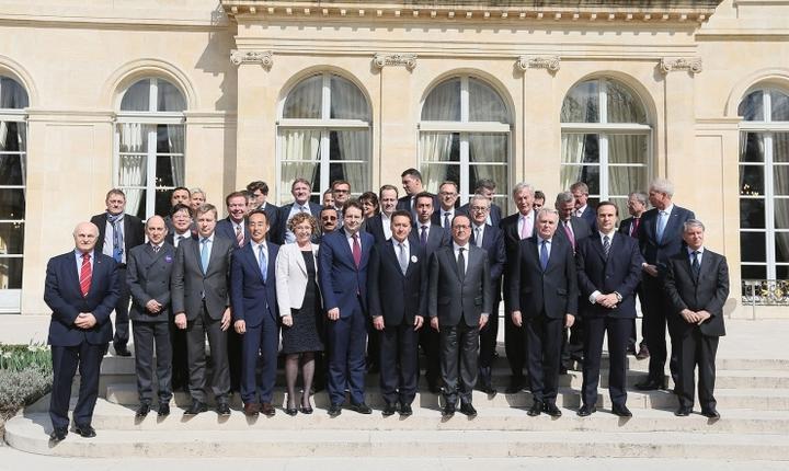 François Hollande, presedintele Frantei, la Palatul Elysée înconjurat de mari patroni de firme stràine încurajati sà investeascà în Franta