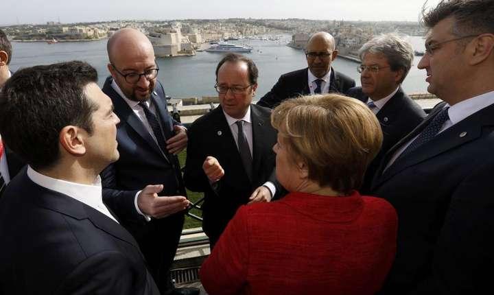 De-a lungul mandatului sàu, François Hollande a fàcut pe intermediarul între premierul grec Alexis Tsipras si cancelara germanà Angela Merkel