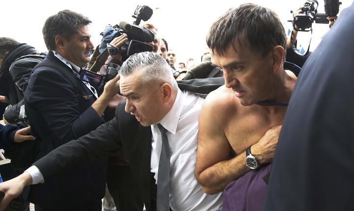 Vicepreşedintele executiv al Air France, Xavier Broseta (d), evacuat de gărzile de corp (Foto: Reuters/Jacky Naegelen)