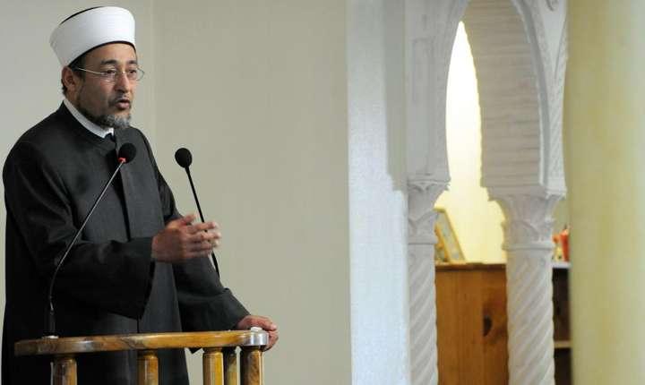 Imamul de Bordeaux, Tareq Oubrou în timpul unei predici într-o moschee franceza, decembrie 2013