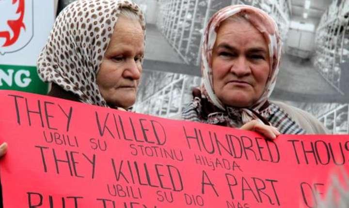 Pe 26 octombrie 2009, vaduve de ma Srebrenita manifestînd în fata Tribunalului de la haga unde era judecat Radovan Karadzic