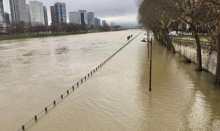 Primaria Paris a montat baraje pentru a minimaliza pagubele pe care Sena ar putea sa le produca