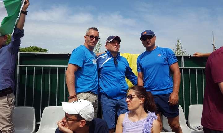 Grup de suporteri români (din Cluj) veniti la Roland-Garros ca sà-i sustinà pe jucàtorii si jucàtoarele din România