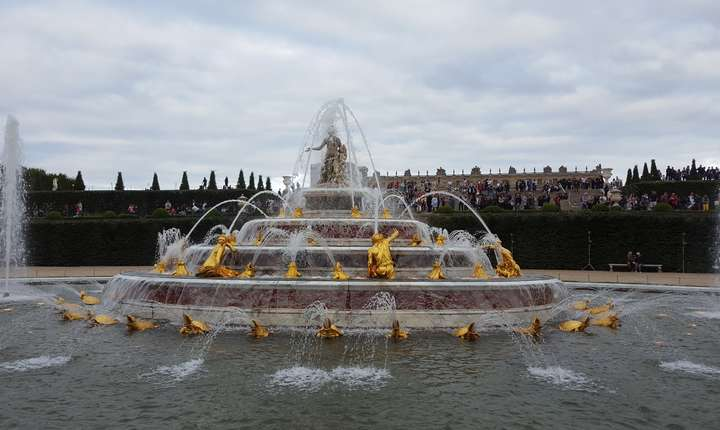 Fântânà din gràdinile palatului Versailles, pe înserate