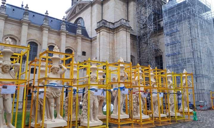 """""""Geniile"""" în custi, gata sà fie ridicate la locul lor, în jurul cupolei bisericii Val-de-Grâce"""