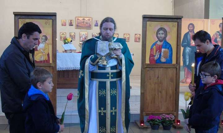 Parintele Razvan Ionescu alaturi de credinciosii de la Biserica Sfintii Ioachim si Ana, Rennes, Franta