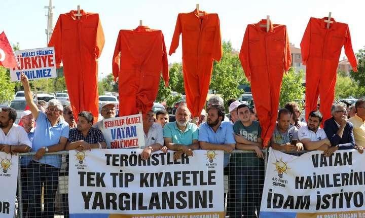 În exteriorul închisorii de înalta securitate unde sunt judecati presupusii pucisti, manifestanti turci cer sanctionarea acuzatilor, 1 august 2017